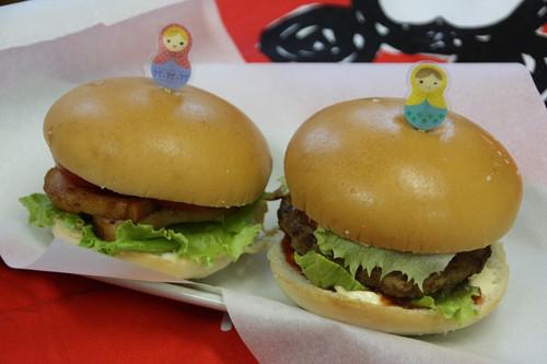 Img_2946 ハンバーガー、ベーコンバーガーチキンナゲットゆかりのおにぎりパプリカ、ピ...